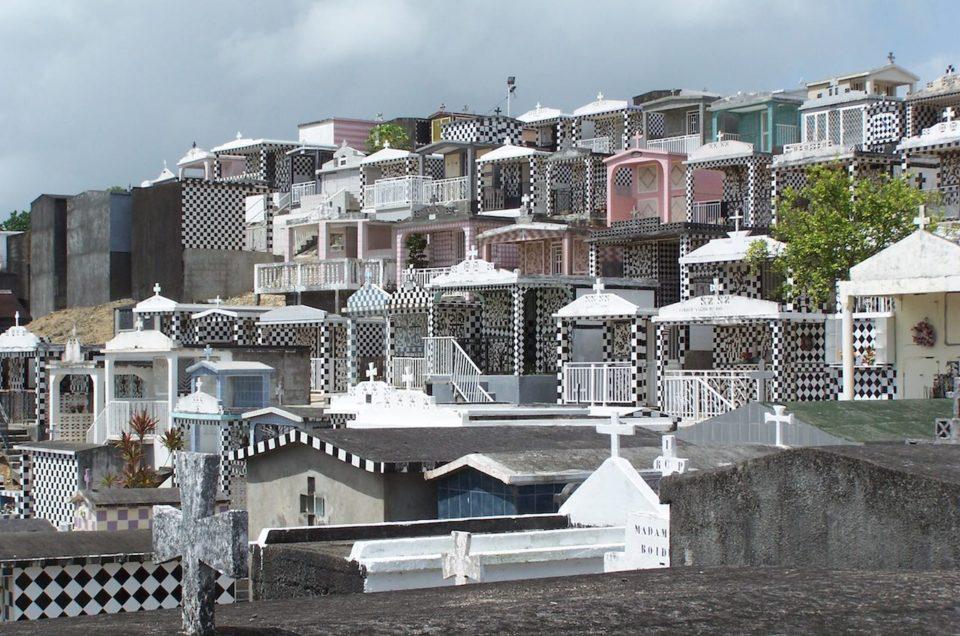 Halte au Cimetière de Morne à L'eau en Guadeloupe